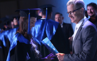 Епископ Маттс-Ола Исхоель вручает сертификаты об окончании БК