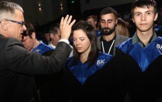 Епископ Маттс-Ола Исхоель молится за студентов БК